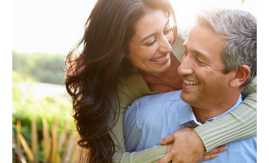 抜け毛が止まり髪が増えて幸せそうな男性と女性